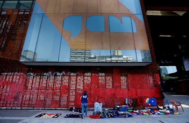 Director GAM: La fachada se había transformado como en una especie de muro de Berlín de todas estas movilizaciones